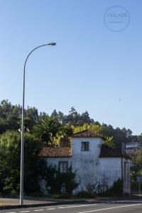 En plena carretera nacional, entre las localidades de Santiago de Compostela y Padrón podemos ver esta sencilla villa campestre.