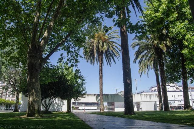 La historia de los Jardines de As Avenidas comienza a finales del siglo XIX cuando la Junta de Obras del Puerto edifica en el relleno del Arenal su nueva sede administrativa, rodeada de un espacio ajardinado.