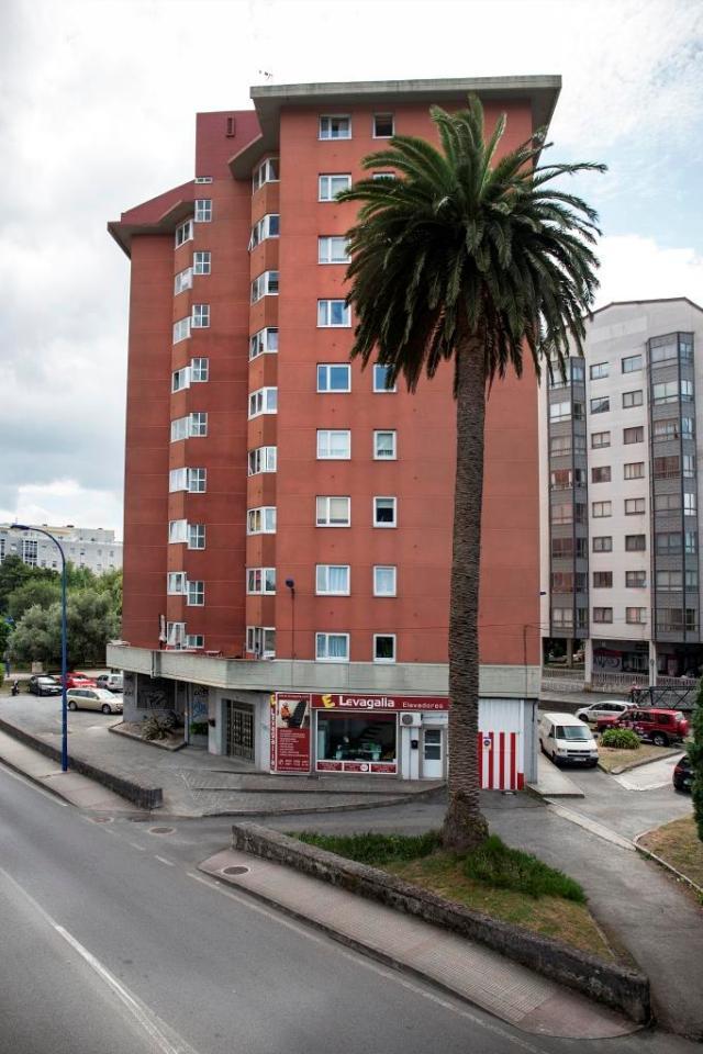 Parece seguro que este ejemplar, situado en Ace da Má, junto a la carretera que comunica A Coruña con Culleredo, procede de una antigua vivienda indiana o burguesa que se encontraba en la zona, pródiga en este tipo de asentamientos.