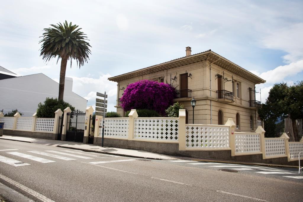 Entre la carretera y el malecón del puerto se extiende esta gran propiedad con cuidados y ordenados jardines.